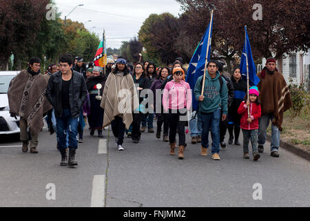 Rio Bueno, Chile. March 15, 2015. Members of Mapuche indigenous communities of Pilmaiquen  marched to court to attend - Stock Photo
