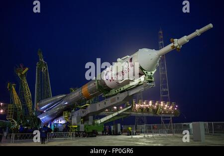 Baikonur, Kazakhstan. 16th Mar, 2016. The Soyuz TMA-20M spacecraft is raised into position on the launch pad at - Stock Photo