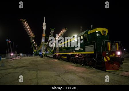 Baikonur, Kazakhstan. 16th Mar, 2016. The gantry arms close around the Soyuz TMA-20M spacecraft on the launch pad - Stock Photo