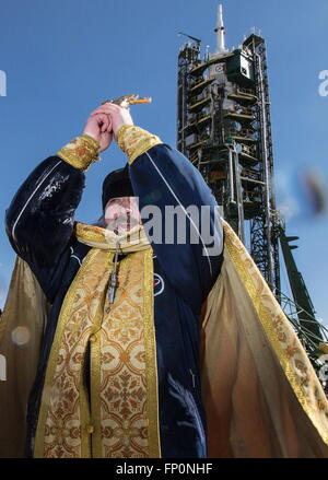 Baikonur, Kazakhstan. 17th Mar, 2016. A Russian Orthodox priest leads prayers during a blessing ceremony at the - Stock Photo