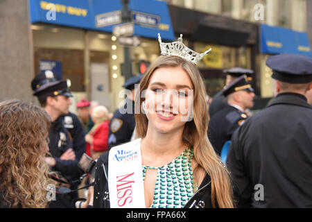 New York City, USA, 17 March 2016. St Patrick's Day parade:  Young Miss America 2016 contestant with crown awaits - Stock Photo