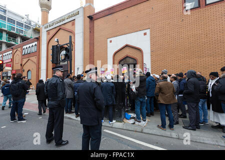 London, UK. 18th March 2016. Demonstrators and supporters of the East London Mosque in Whitechapel, Tower Hamlets, - Stock Photo