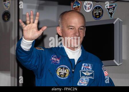 Baikonur, Kazakhstan. 17th Mar, 2016. NASA astronaut Jeffrey (Jeff) Williams, crew member of Expedition 47/48, waves - Stock Photo