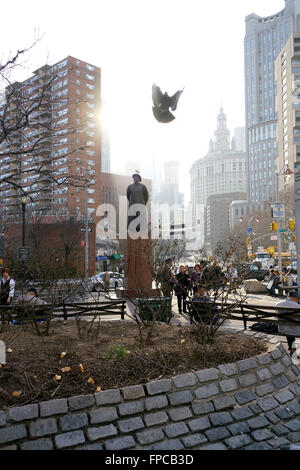 Chatham Square with statue of Lin Zexu and Kimlau Memorial Arch in Chinatown, Manhattan, New York City, USA - Stock Photo