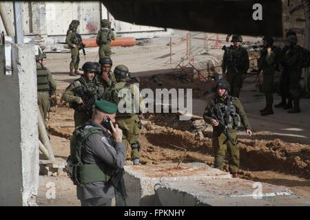 (160319) -- HEBRON, March 19, 2016 (Xinhua) -- Israeli security forces stand guard at the scene of shooting near - Stock Photo