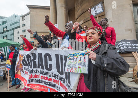 London, UK. Saturday 19th March 2016. Zita Holbourne holds one of her drawings for 'Black Lives Matter' and the - Stock Photo