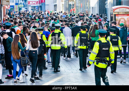 Belfast, Northern Ireland. 17 Mar 2016 - PSNI police officers move on a large crowd of teenagers who had gathered - Stock Photo