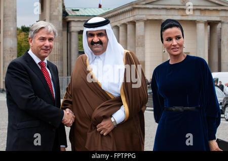Berlin Major Klaus Wowereit (C), accompanies the Emir of Qatar, Hamad bin Khalifa Al Thani (L), and his wife Mozah - Stock Photo