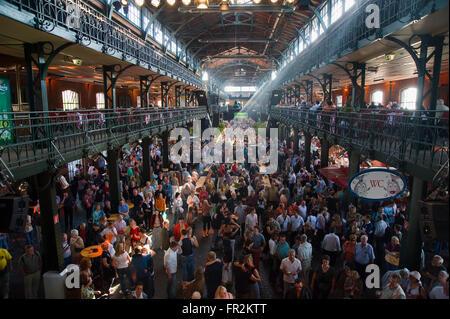 Dance and entertainment at the Sunday fish market (Fischmarkt), St Pauli, Hamburg, Germany - Stock Photo