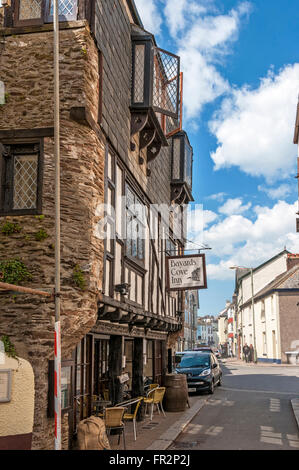 An attractive14th century Tudor merchants house, one of the oldest buildings in Dartmouth, now in use as an Inn - Stock Photo