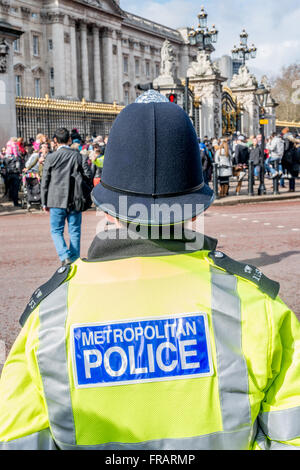 A Metropolitan Police Officer on duty outside Buckingham Palace, London, UK - Stock Photo