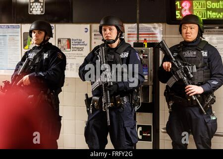 (160322) -- NEW YORK, March 22, 2016 (Xinhua) -- New York Police Department officers patrol at a subway station - Stock Photo