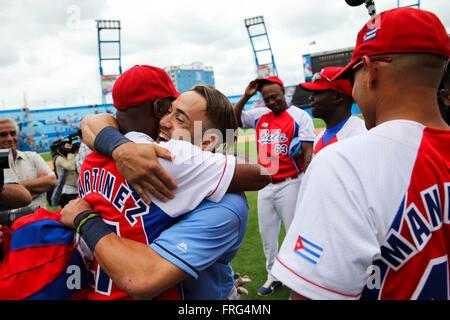 Havana, Cuba. 22nd Mar, 2016. Tampa Bay Rays center fielder DAYRON VARONA (67) hugs members of the Cuban National - Stock Photo
