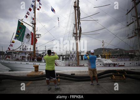 Panama City, Panama. 22nd Mar, 2016. People watch the naval training ship Cuauhtemoc upon its arrival at the port - Stock Photo