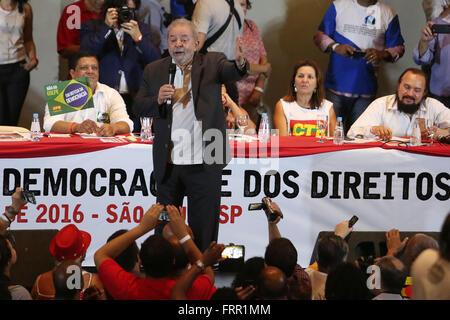 Sao Paulo, Brazil. 23rd Mar, 2016. Former Brazilian President Luiz Inacio Lula da Silva talks to his supporters - Stock Photo