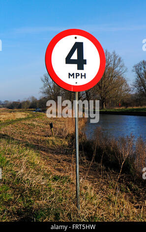 A 4 mph speed limit sign for boat traffic by the River Chet  on the Norfolk Broads at Chedgrave, Norfolk, England, - Stock Photo