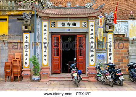 Motorbikes parked outside of small temple, Dong Da District, Hanoi, Vietnam - Stock Photo