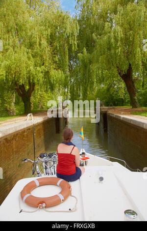 Houseboat on the Canal de Garonne at Écluse 23 Cacor Lock, Dept. Tarn-et-Garonne, Region Aquitaine, France, Europe - Stock Photo