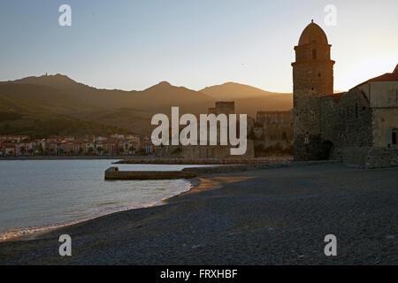 Collioure beach with Église Notre-Dame-des-Anges and Château Royal des Templiers, Côte Vermeille, Mediterranean, - Stock Photo