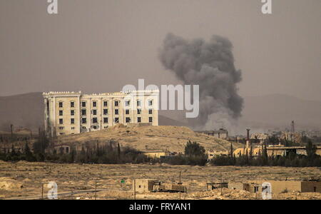 Palmyra, Syria. 24th March, 2016. Firing at IS positions near the town of Palmyra. Syrian government troops are - Stock Photo
