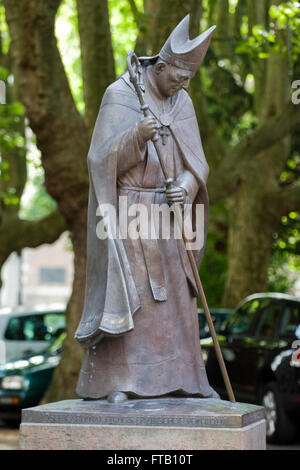 Deutschland, NRW, Neuss, Kardinal-Frings-Denkmal vor dem Quirinusmünster - Stock Photo