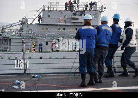 151206-N-XT273-596 BLACK SEA (Dec. 6, 2015) Sailors aboard USS Ross (DDG 71) conduct replenishment-at-sea training - Stock Photo