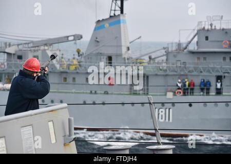 151206-N-XT273-578 BLACK SEA (Dec. 6, 2015) Sailors aboard USS Ross (DDG 71) conduct replenishment-at-sea training - Stock Photo
