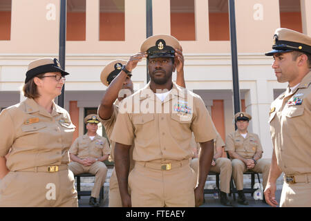 140916-N-OX801-355 NAPLES, ITALY (Sept. 16, 2014) Senior Chief Banks attaches anchors to Chief Information Systems - Stock Photo