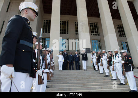 140807-N-LV331-002 WASHINGTON (August 7, 2014) Secretary of the Navy (SECNAV) Ray Mabus, second from right, and - Stock Photo