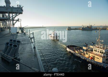 CONSTANTA, Romania (Oct. 20, 2014) - The U.S. 6th Fleet command and control ship USS Mount Whitney (LCC 20) pulls - Stock Photo