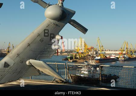 CONSTANTA, Romania (Oct. 20, 2014) – The U.S. 6th Fleet command and control ship USS Mount Whitney (LCC 20) pulls - Stock Photo