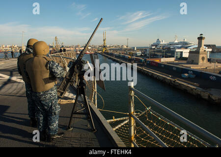CONSTANTA, Romania (Oct. 20, 2014) – Information Systems Technician Seaman Reggie Harvey (left) and Information - Stock Photo