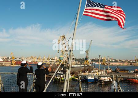 CONSTANTA, Romania (Oct. 20, 2014) – Electronics Technician 3rd Class Alicia Hopkins (left) and Ship Serviceman - Stock Photo