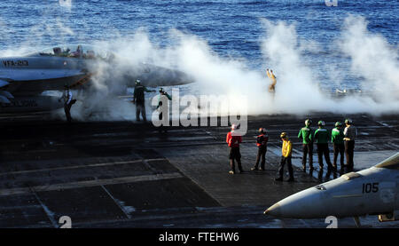 MEDITERRANEAN SEA (Oct. 29, 2014) Aviation Boatswain's Mate 2nd Class Amanda White, from Vandalia, Ohio, top right, - Stock Photo