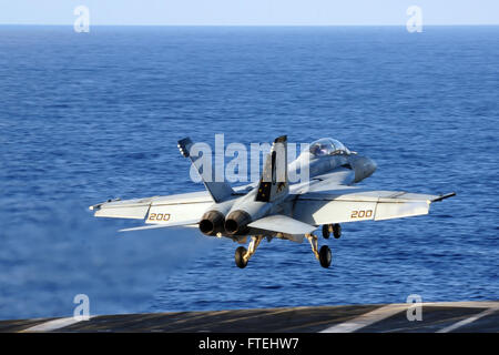 """MEDITERRANEAN SEA (Oct. 29, 2014) An F/A-18F Super Hornet, attached to the """"Fighting Black Lions"""" of Strike Fighter - Stock Photo"""