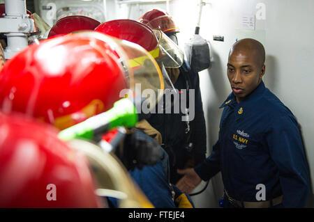 MEDITERRANEAN SEA (Aug 21, 2013) Ð Chief Damage Controlman Reginald Pridgen, from Jersey City, N.J., talks to members - Stock Photo