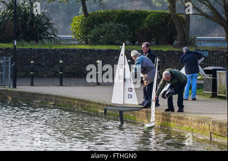 Members of the Newquay Model yacht Club prepare to launch their sail boats on Trenance Lake in Newquay, Cornwall. - Stock Photo