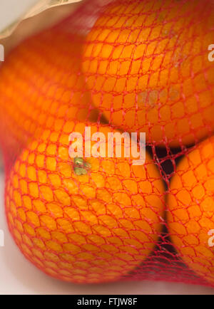 Hamburg, Germany. 2nd Mar, 2016. Oranges in a net in Hamburg, Germany, 2 March 2016. PHOTO: LUKAS SCHULZE/DPA/Alamy - Stock Photo