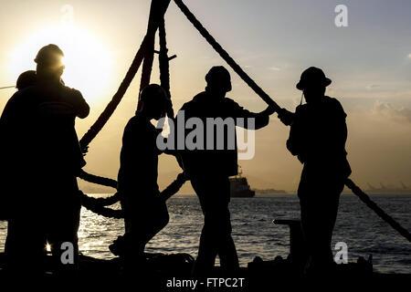 Operarios no Estaleiro Maua ao entardecer - Stock Photo