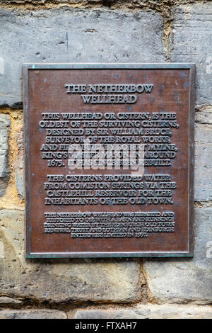 A plaque detailing the history of the Netherbow Wellhead on the Royal Mile in Edinburgh, Scotland. - Stock Photo