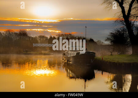 Rufford, Lancashire, UK. 31st March, 2016.   UK Weather. A cold and chilly start to the day with houseboats residents - Stock Photo