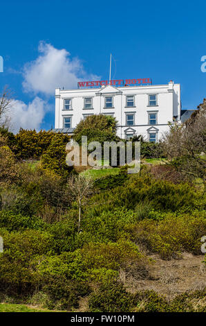 Westcliff Hotel is positioned high on the cliffs, overlooking the picturesque Cliff Gardens and River Thames, Southend - Stock Photo
