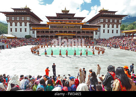Dancers and spectators at the Tashichho Dzong monastery festival, Thimphu, Bhutan - Stock Photo