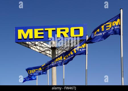 Schriftzug und Fahnen der Metro AG, Europas groesstem Einzelhandelskonzern, Berlin, Deutschland, Europa, oeffentlicherGrund - Stock Photo