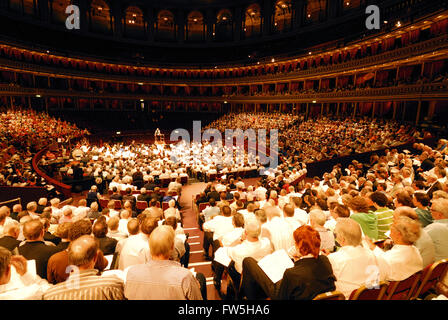 The Really Big Chorus - Royal Albert Hall, rehearsing for Concerts from Scratch, Karl Jenkins, the Armed Man, with - Stock Photo