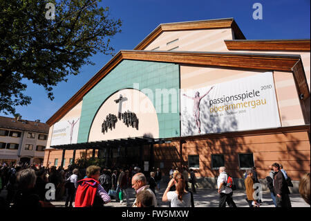 Crowds assembling outside the Passion Play Theatre in Oberammergau, Bavaria. 2400 actors, resident in the Bavarian - Stock Photo
