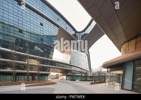 Exterior facade with landscaped walkways and bridge link. Sky SOHO, Shanghai, China. Architect: Zaha Hadid Architects, - Stock Photo