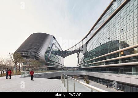 Perspective of glass curtain wall, bridge link and landscaped walkways. Sky SOHO, Shanghai, China. Architect: Zaha - Stock Photo