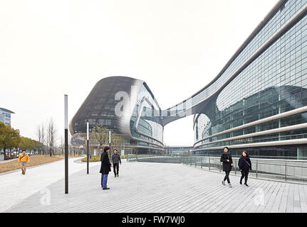 Public walkways and glass facade perspective. Sky SOHO, Shanghai, China. Architect: Zaha Hadid Architects, 2014. - Stock Photo