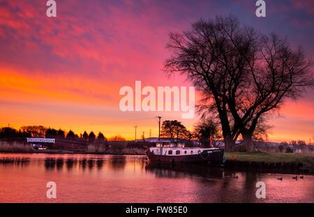 Rufford, Lancashire, UK. 1st April 2016.   UK Weather. A cold, crisp, calm, purple dawn (Twilight crepuscular rays) - Stock Photo